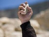 Une pierre à la main