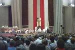 Raymond s'adressant à la foule